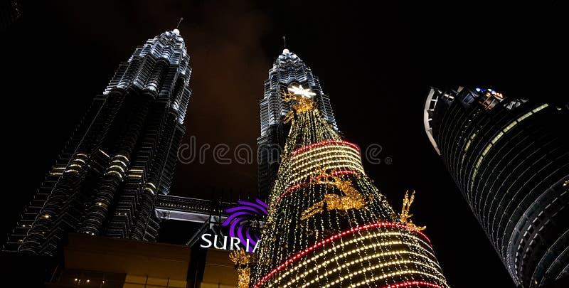 Άποψη νύχτας των δίδυμων πύργων petronas kualampur που διακοσμούνται με το φως, Μαλαισία, 2017 στοκ εικόνες