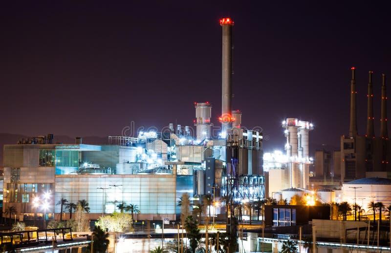 Άποψη νύχτας των εγκαταστάσεων παραγωγής ενέργειας βιομηχανίας στοκ φωτογραφία