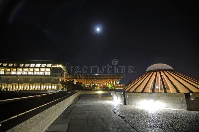 Άποψη νύχτας των κτηρίων σε ένα πανεπιστήμιο στοκ φωτογραφίες με δικαίωμα ελεύθερης χρήσης