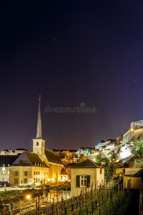 Άποψη νύχτας Neumunster στο Λουξεμβούργο στοκ φωτογραφίες