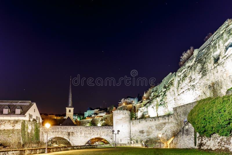 Άποψη νύχτας Neumunster στο Λουξεμβούργο στοκ εικόνες