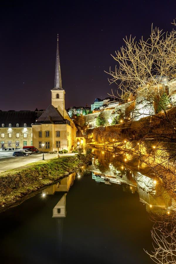 Άποψη νύχτας Neumunster στο Λουξεμβούργο στοκ φωτογραφίες με δικαίωμα ελεύθερης χρήσης