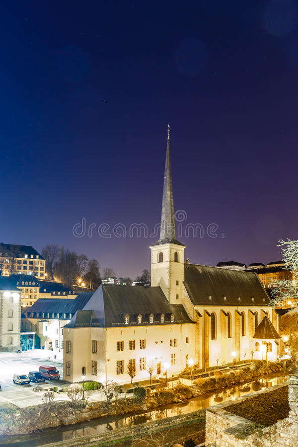 Άποψη νύχτας Neumunster στο Λουξεμβούργο στοκ εικόνα με δικαίωμα ελεύθερης χρήσης