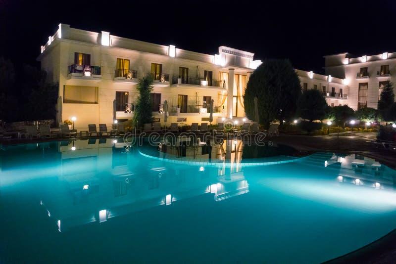 Άποψη ξενοδοχείων πολυτελείας με τη μεγάλη λίμνη, τη νύχτα στοκ φωτογραφία με δικαίωμα ελεύθερης χρήσης