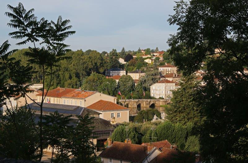 Άποψη ξημερωμάτων μεσαιωνικού Confolens, Γαλλία στοκ εικόνες