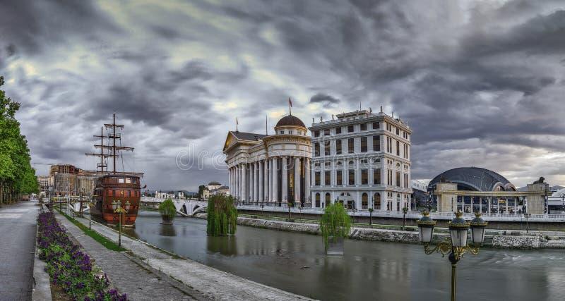 Άποψη ξημερωμάτων στο κέντρο πόλεων των Σκόπια στοκ φωτογραφία