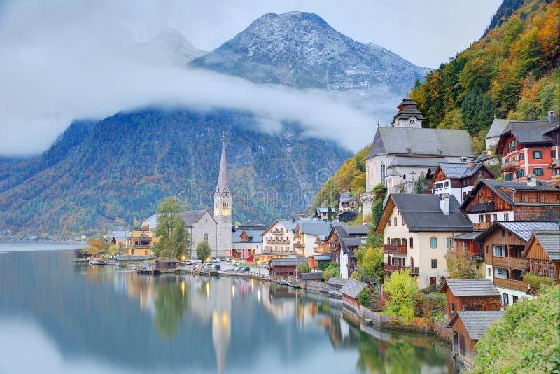 Άποψη ξημερωμάτων Hallstatt με τις αντανακλάσεις στο νερό λιμνών στοκ εικόνες