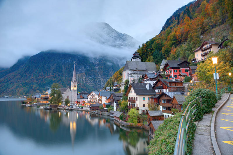 Άποψη ξημερωμάτων Hallstatt με τις όμορφες αντανακλάσεις στο ομαλό νερό λιμνών στοκ εικόνες