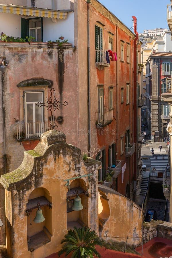 Άποψη οδών με μια παλαιά ιταλική εκκλησία στη Νάπολη κεντρικός στοκ εικόνες με δικαίωμα ελεύθερης χρήσης