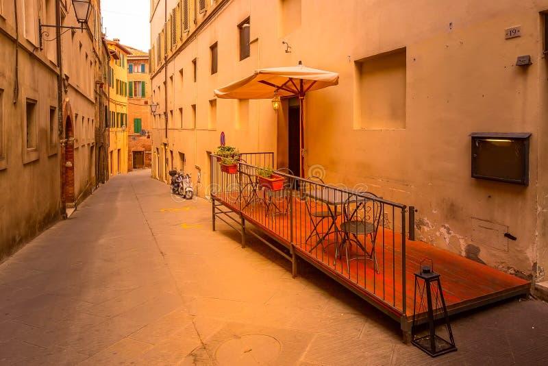 Άποψη οδών στη Σιένα, την Ιταλία και το μηχανικό δίκυκλο στοκ φωτογραφίες