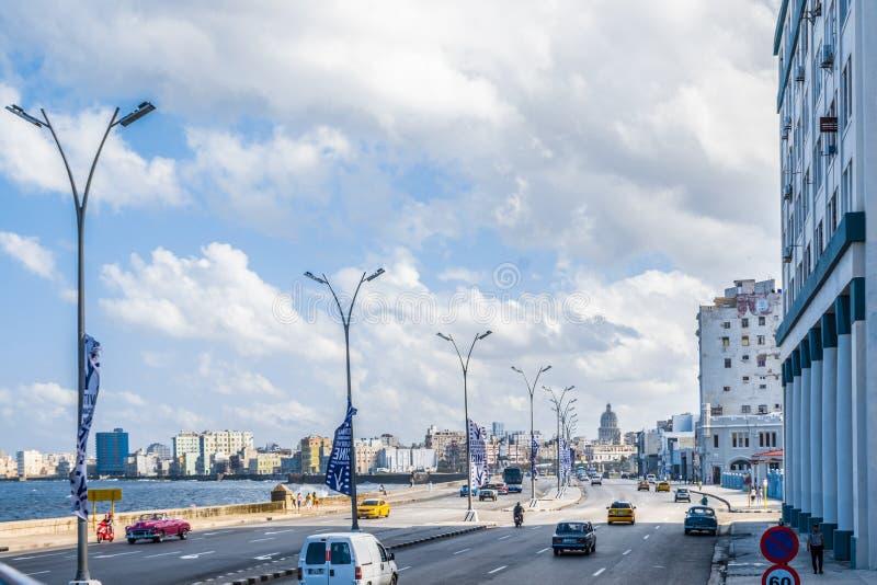 Άποψη οδών της EL malecon σε μια tipycal ημέρα στην πόλη Κούβα της Αβάνας στοκ φωτογραφίες