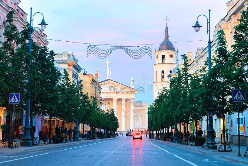 Άποψη οδών Gediminas σχετικά με το τετράγωνο και τον πύργο Vilnius καθεδρικών ναών κουδουνιών στοκ εικόνα με δικαίωμα ελεύθερης χρήσης