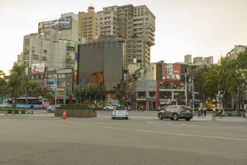Άποψη οδών Roosevelt Rd μπροστά από το εθνικό πανεπιστήμιο της Ταϊβάν στο χρόνο λυκόφατος στη Ταϊπέι, Ταϊβάν στοκ φωτογραφίες με δικαίωμα ελεύθερης χρήσης
