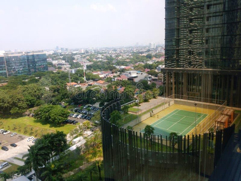 Άποψη οικοδόμησης της Τζακάρτα με το μπλε ουρανό πρωινού Άποψη εικονικής παράστασης πόλης της Τζακάρτα από το rofftop στοκ εικόνες
