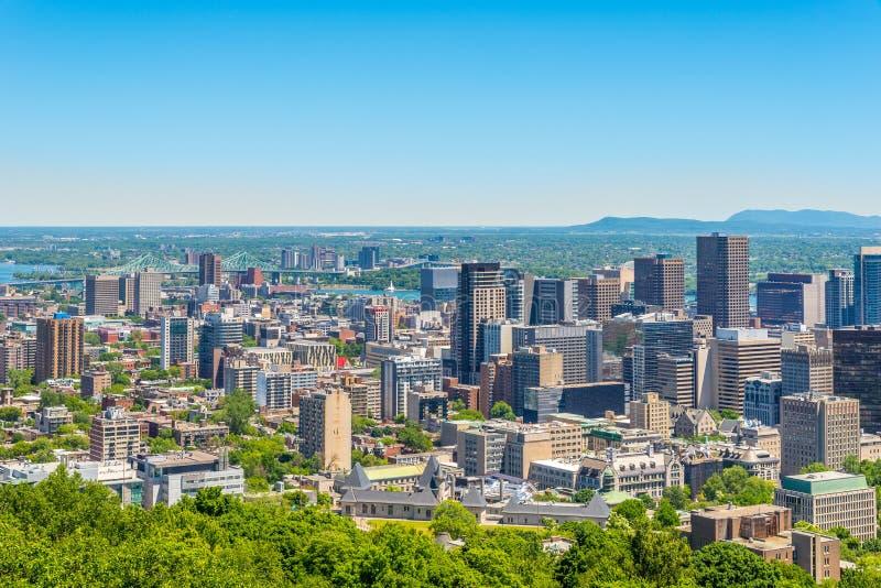 Άποψη οριζόντων από το βασιλικό λόφο υποστηριγμάτων στην πόλη του Μόντρεαλ στον Καναδά στοκ εικόνα
