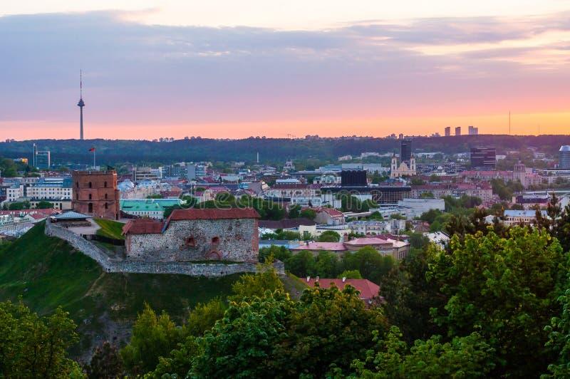 Άποψη οριζόντων εικονικής παράστασης πόλης σχετικά με το διάσημο κάστρο Gediminas σύνθετο και τον πύργο TV στο υπόβαθρο από το Hi στοκ εικόνα με δικαίωμα ελεύθερης χρήσης