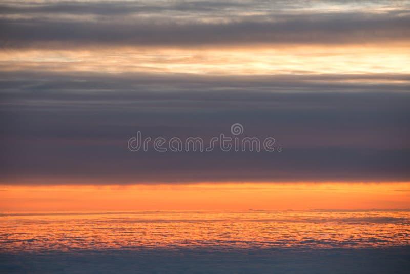 Άποψη οριζόντων επάνω από τα σύννεφα από το αεροπλάνο στοκ φωτογραφίες