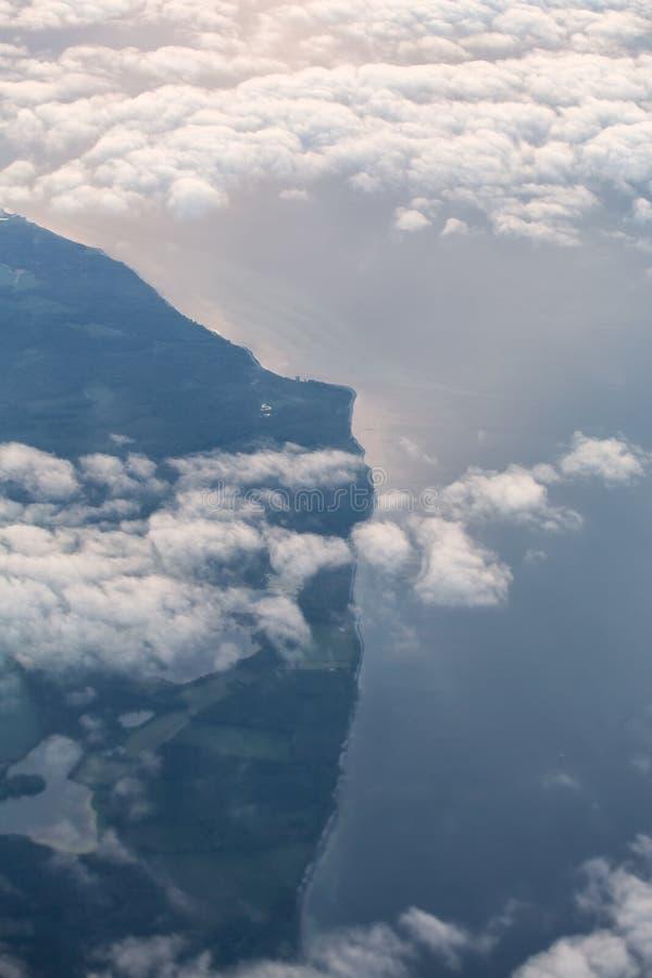Άποψη οριζόντων επάνω από τα σύννεφα από το αεροπλάνο στοκ εικόνα