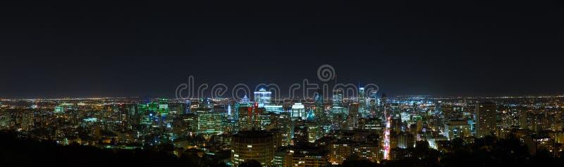 Άποψη οριζόντων νύχτας του Μόντρεαλ από το υποστήριγμα βασιλικό στοκ εικόνα