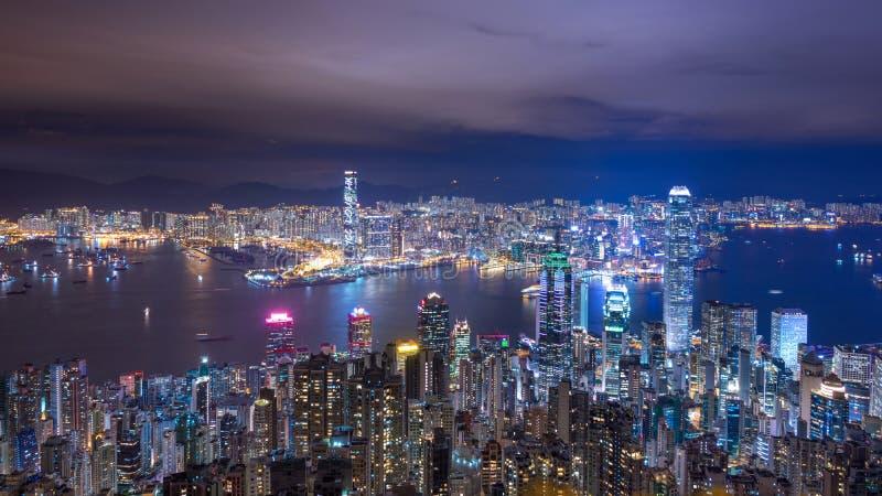 Άποψη οριζόντων πόλεων Χονγκ Κονγκ τη νύχτα από την αιχμή στοκ φωτογραφία