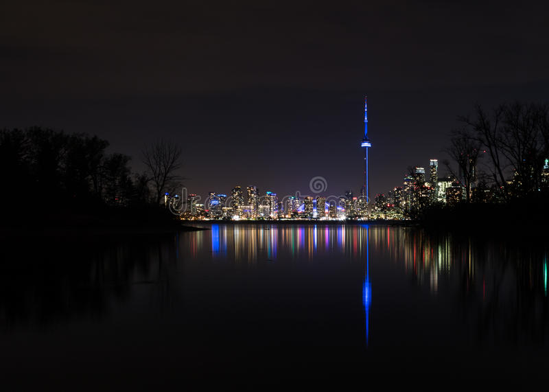 Άποψη οριζόντων του Τορόντου από τα νησιά του Τορόντου τη νύχτα - Τορόντο, Οντάριο, Καναδάς στοκ φωτογραφία