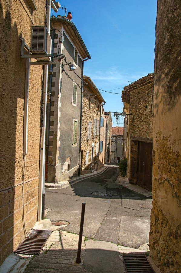 Άποψη οδών με τα σπίτια πετρών στο κέντρο του χωριού châteauneuf-du-Pape στοκ εικόνες με δικαίωμα ελεύθερης χρήσης