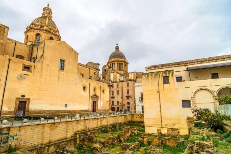 Άποψη οδών με τις ρωμαϊκές καταστροφές σε Marsala, Ιταλία στοκ εικόνα με δικαίωμα ελεύθερης χρήσης