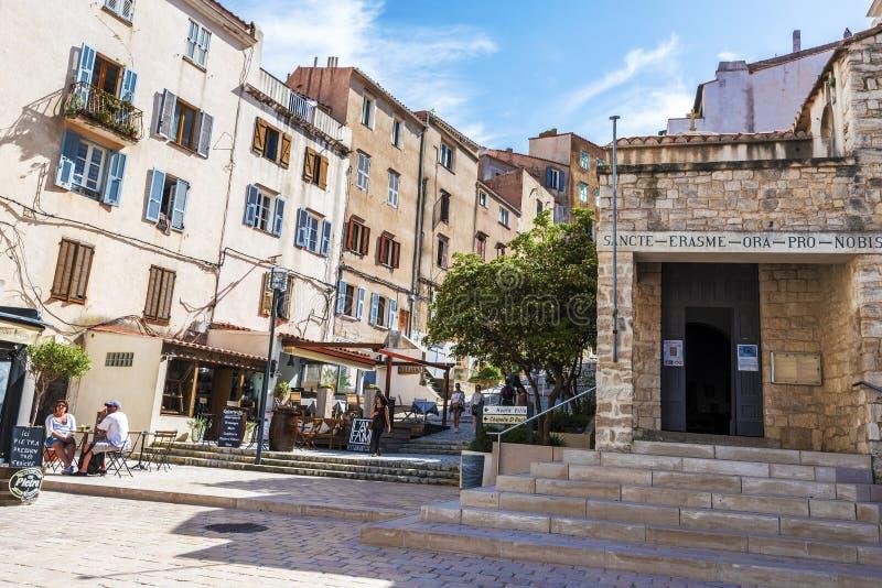 Άποψη οδών της πόλης Bonifacio κάτω Montee Rastello στοκ εικόνα