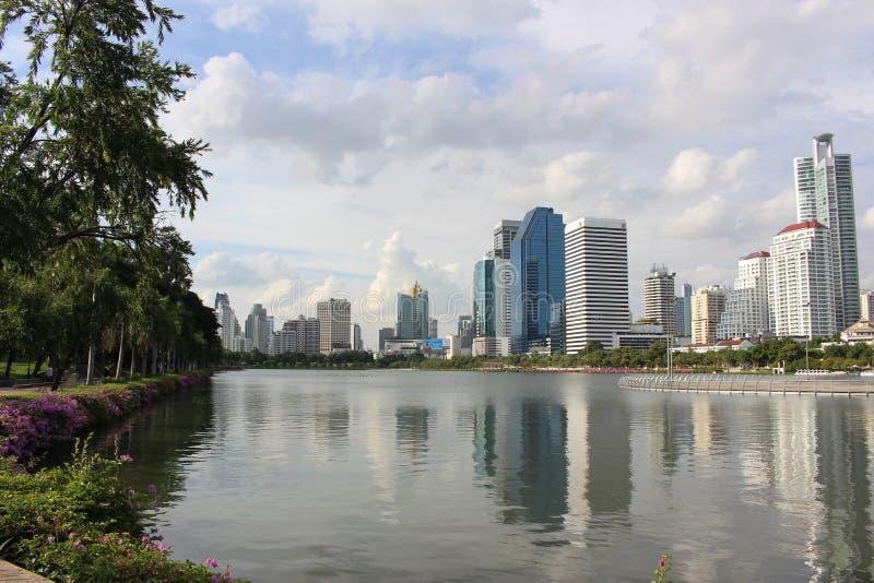 Άποψη πάρκων μεταλλουργικών ξυστρών ουρανού - Μπανγκόκ στοκ εικόνες