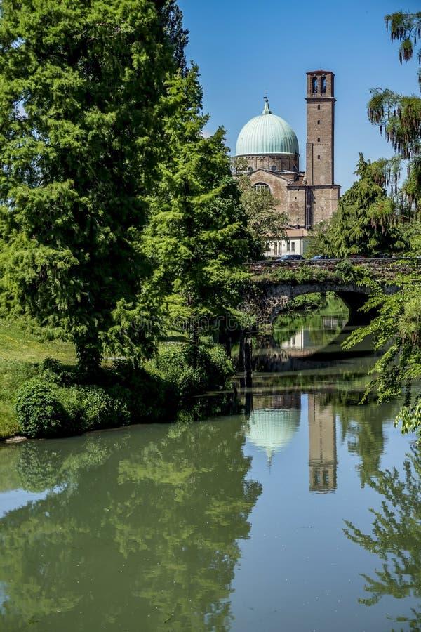 Άποψη Πάδοβας με τον ποταμό και τη βασιλική, Ιταλία στοκ φωτογραφίες με δικαίωμα ελεύθερης χρήσης