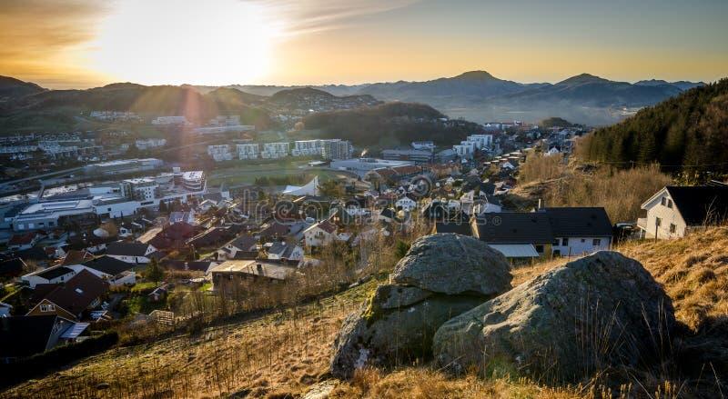 Άποψη πέρα από μια μικρή πόλη στη Νορβηγία στοκ εικόνα με δικαίωμα ελεύθερης χρήσης