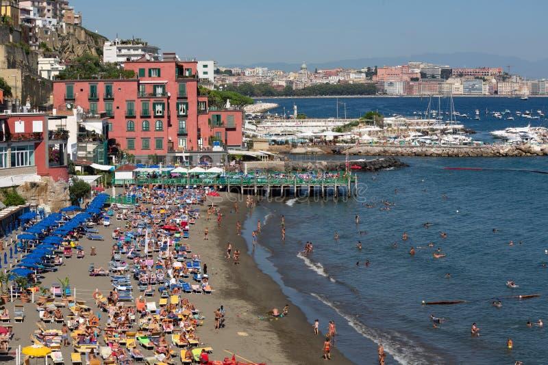 Άποψη πέρα από μια από τις όμορφες παραλίες με τα σπίτια σχετικά με την ακτή - Νάπολη στοκ εικόνα