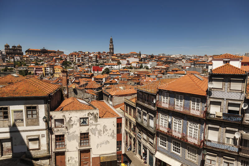 Άποψη πέρα από τα σπίτια και τις στέγες και τον πύργο Clerigos στο Πόρτο, Πορτογαλία στοκ εικόνες