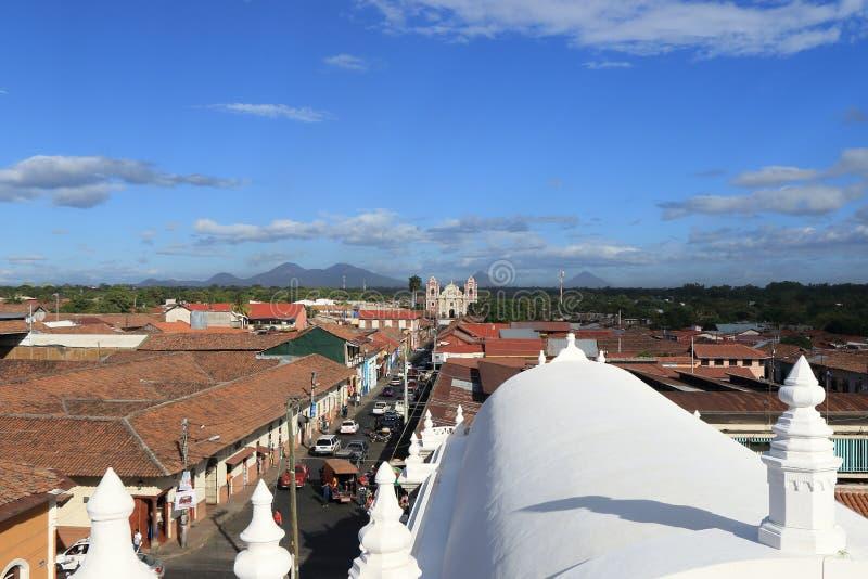 Άποψη πέρα από την πόλη του Leon από τη στέγη του καθεδρικού ναού Νικαράγουα στοκ εικόνα