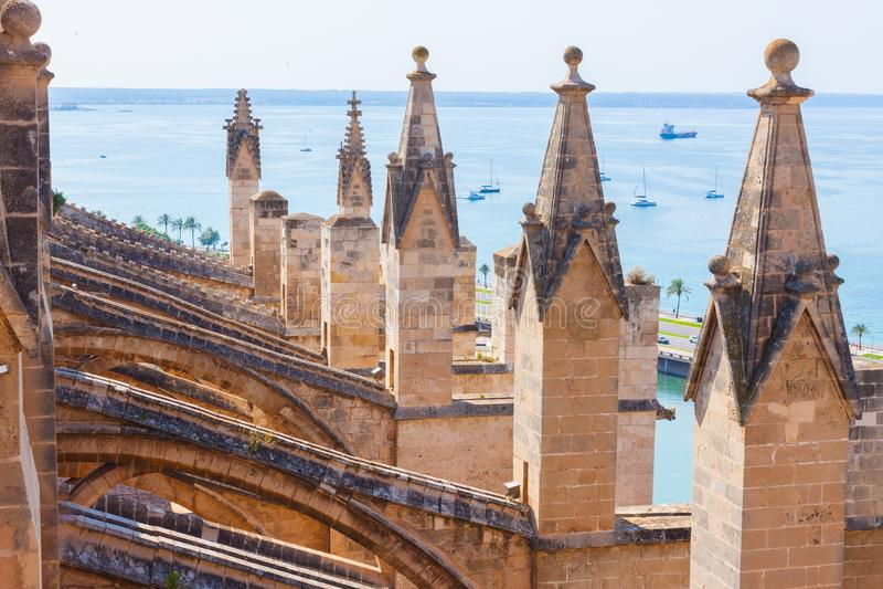 Άποψη πέρα από τη θάλασσα με μερικές βάρκες από το πεζούλι του καθεδρικού ναού της Σάντα Μαρία Palma, επίσης γνωστή ως Λα Seu στοκ εικόνες