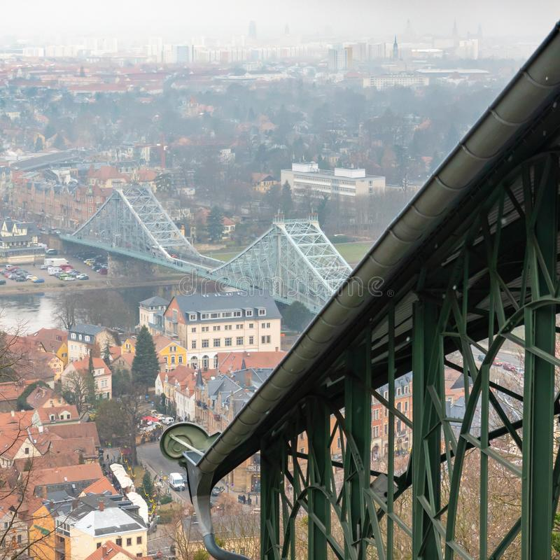 Άποψη πέρα από τη στέγη του σταθμού βουνών του παλαιότερου σιδηροδρόμου αναστολής στον κόσμο στην μπλε κατάπληξη, ένα περισσότερο στοκ φωτογραφίες