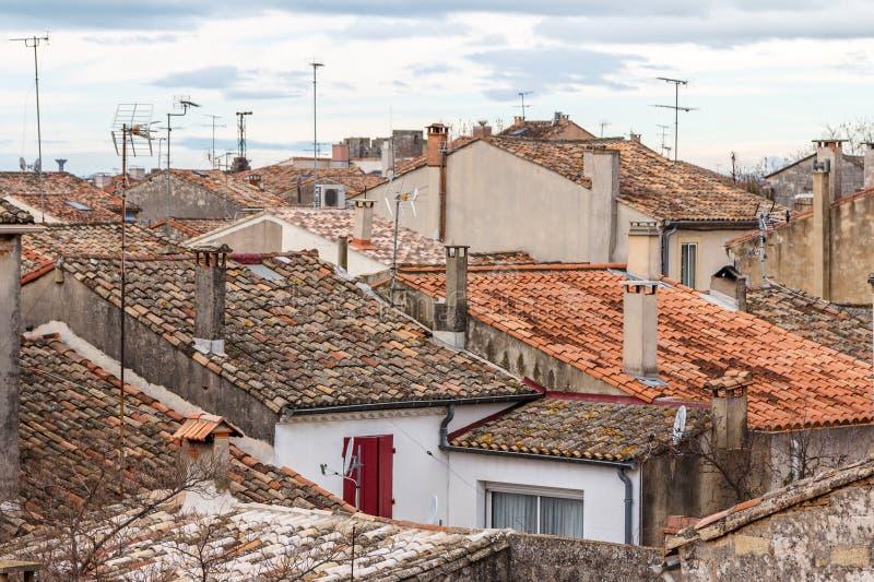 Άποψη πέρα από τις στέγες της πόλης aigues-Mortes από τις οχυρώσεις στοκ φωτογραφία