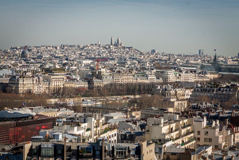 Άποψη πέρα από τις στέγες του Παρισιού στοκ εικόνα με δικαίωμα ελεύθερης χρήσης