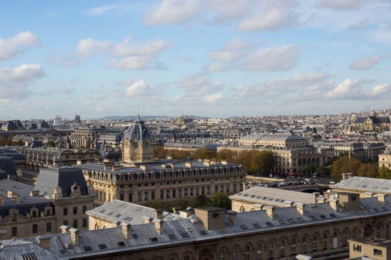 Άποψη πέρα από τις στέγες του Παρισιού στοκ φωτογραφίες με δικαίωμα ελεύθερης χρήσης