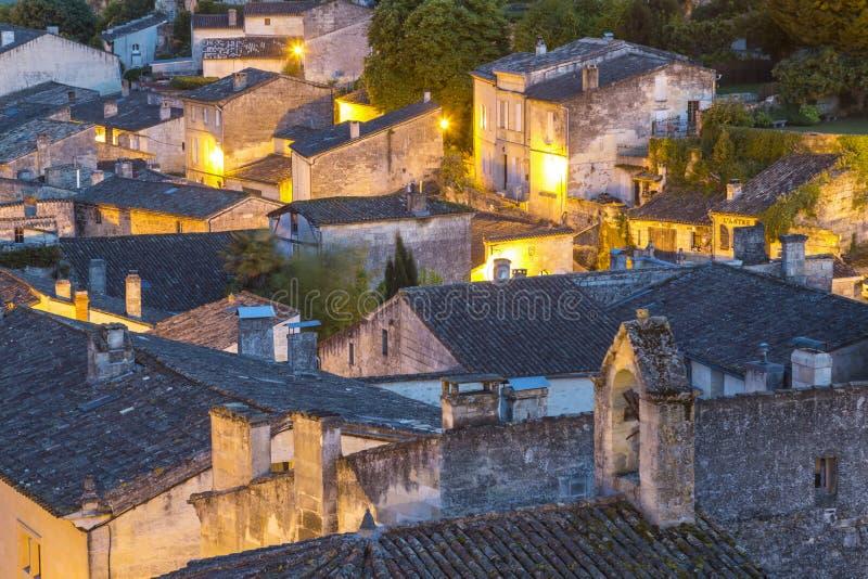 Άποψη πέρα από τις στέγες του ST Emilion στο σούρουπο στοκ εικόνα