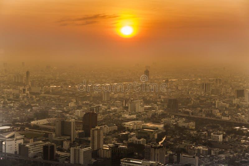 Άποψη πέρα από τον ορίζοντα της Μπανγκόκ στο ηλιοβασίλεμα στοκ εικόνες