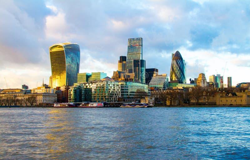 Άποψη πέρα από τον Τάμεση της πόλης του Λονδίνου στοκ εικόνα