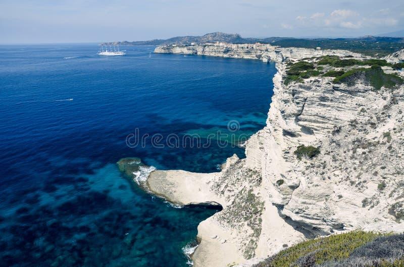 Άποψη πέρα από τους άσπρους απότομους βράχους ασβεστόλιθων Bonifacio στην Κορσική, Γαλλία, Ευρώπη στοκ εικόνες με δικαίωμα ελεύθερης χρήσης