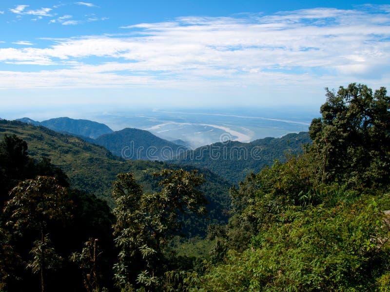 Άποψη πέρα από το χαμηλότερο τμήμα των βουνών Himalayan στην Ινδία στοκ εικόνες