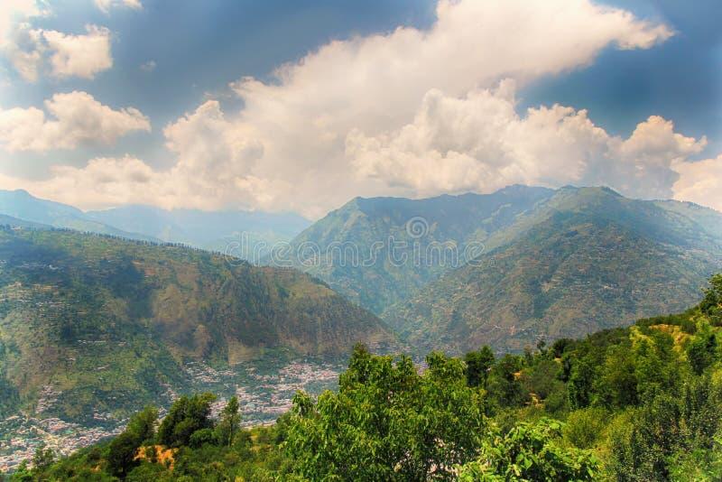 Άποψη πέρα από το χαμηλότερο τμήμα των βουνών Himalayan στο Νεπάλ στοκ εικόνες