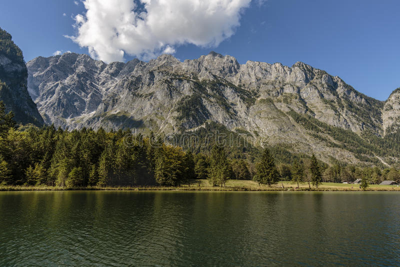 Άποψη πέρα από το koenigssee στην αλυσίδα βουνών Watzmann στοκ φωτογραφία με δικαίωμα ελεύθερης χρήσης