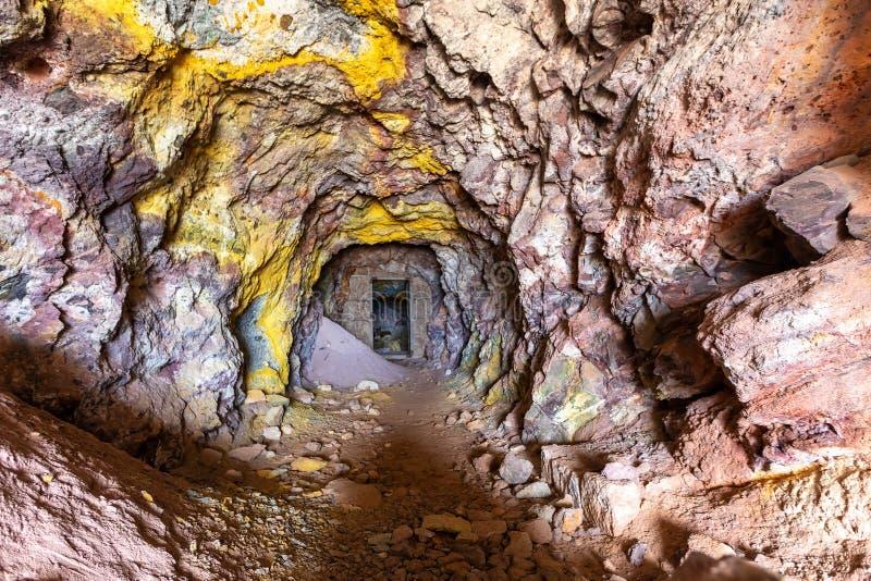 Άποψη παλαιάς σήραγγας εξόρυξης στα εγκαταλελειμμένα ορυχεία θείου της Θωρικίας Μίλος, Ελλάδα στοκ εικόνα με δικαίωμα ελεύθερης χρήσης