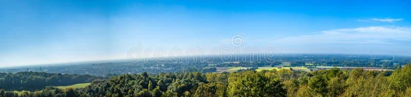 Άποψη πανοράματος από ένα βουνό με τα pinwheels στοκ φωτογραφίες