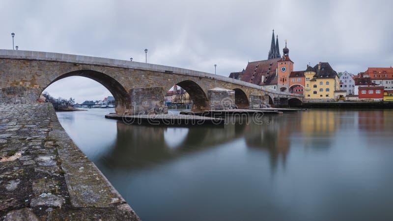 Άποψη πανοράματος από Δούναβη στον καθεδρικό ναό του Ρέγκενσμπουργκ και την πέτρινη γέφυρα στο Ρέγκενσμπουργκ στοκ φωτογραφία