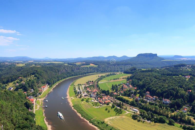Άποψη πανοράματος από Bastei στον ποταμό Elbe και το επιτραπέζιο βουνό Lilienstein και Rathen, σαξονική Ελβετία στοκ φωτογραφίες